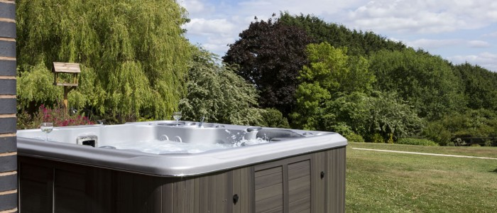 Prestige Cottages Outdoor Hot Tub